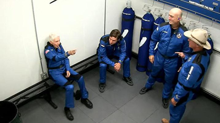這張由藍色起源公司拍攝的圖片顯示,2021年7月20日,沃利·芬克(Wally Funk,左)、奧利弗·戴門(Oliver Daemen,中)、謝菲貝索斯(Jeff Bezos,右)和馬克·貝佐斯(Mark Bezos)即將搭乘該公司可重複使用的新謝潑德(New Shepard)飛船從德薩斯州範霍恩(Van Horn)離開。——藍色起源公司首次載人任務是從德薩斯州西部起飛,達到65英里(106公里)的高度後返回地面。來回飛行時間持續11分鐘。這一天是阿波羅11號人首次登月52周年。(Handout / BLUE ORIGIN / AFP)