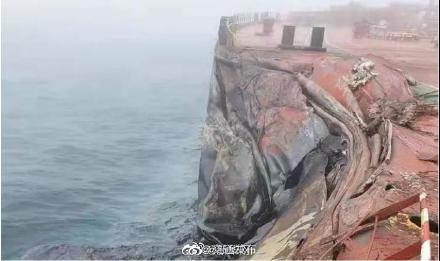 2021年4月27日,青島海域兩艘外籍貨輪相撞,造成數百萬噸油洩漏。圖為被撞凹的船身。(微博截圖)