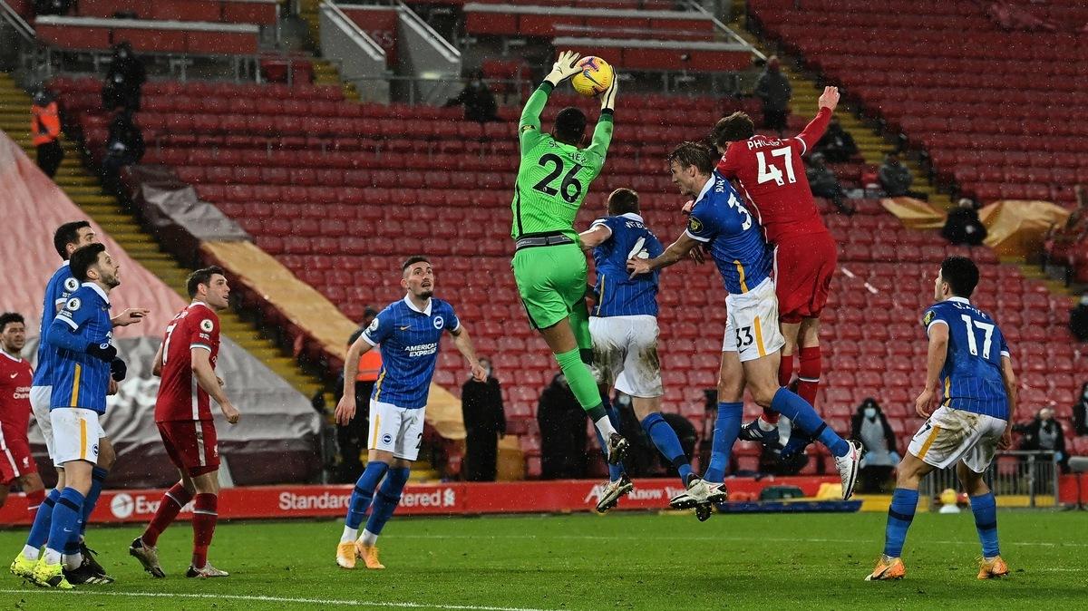 英超第22輪,利物浦在主場爆冷0:1不敵保級球隊布萊頓。圖為雙方球員拼搶瞬間。(PAUL ELLIS/POOL/AFP via Getty Images)