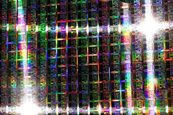 中國晶圓代工廠商中芯國際(SMIC)8月6日公佈的第2季財報表現不俗,主要原因是華為等科技公司為因應美國管制禁令而大量囤積晶片庫存,推升了中芯的業績表現。(Carsten Koall/ Getty Images)
