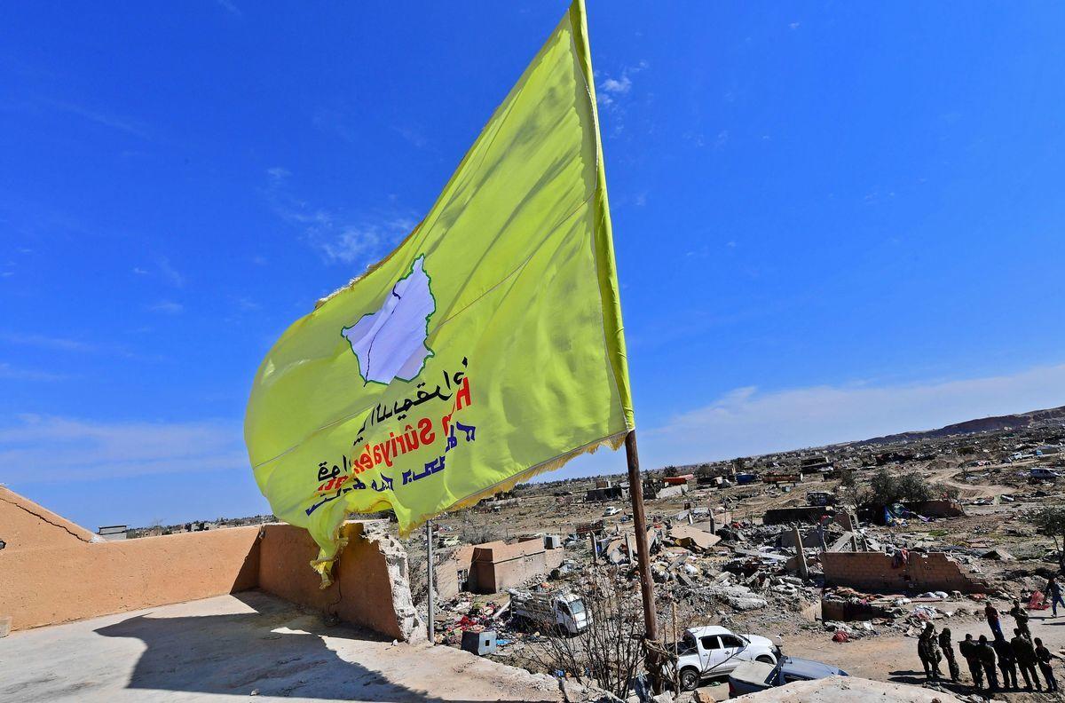 美國支持的敘利亞民主力量(SDF)3月23日正式宣佈,他們已經收回了伊斯蘭國(ISIS)在敘利亞東部巴格茲(Baghouz)的最後據點,結束了與ISIS多年來的戰爭。圖為SDF的旗幟已經插在了巴格茲,表明SDF的勝利。(GIUSEPPE CACACE/AFP/Getty Images)