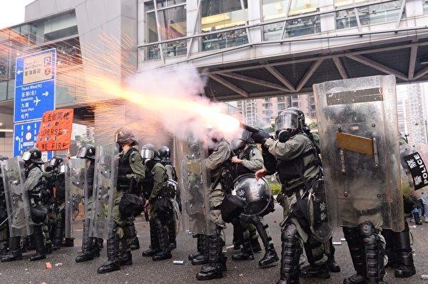 香港警方對抗議民眾施放催淚彈。(宋碧龍/大紀元)