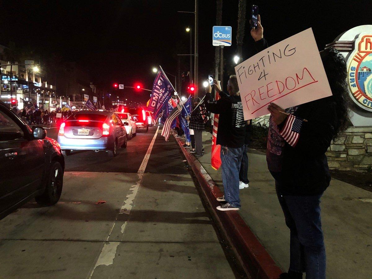 周六(11月21日)晚,民眾聚集在杭廷頓海灘,抗議州長紐森的宵禁令。(李梅/大紀元)