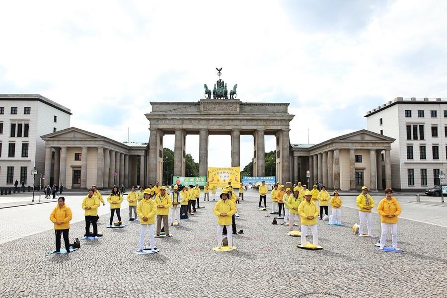 德國柏林法輪功集體煉功 慶祝法輪大法日