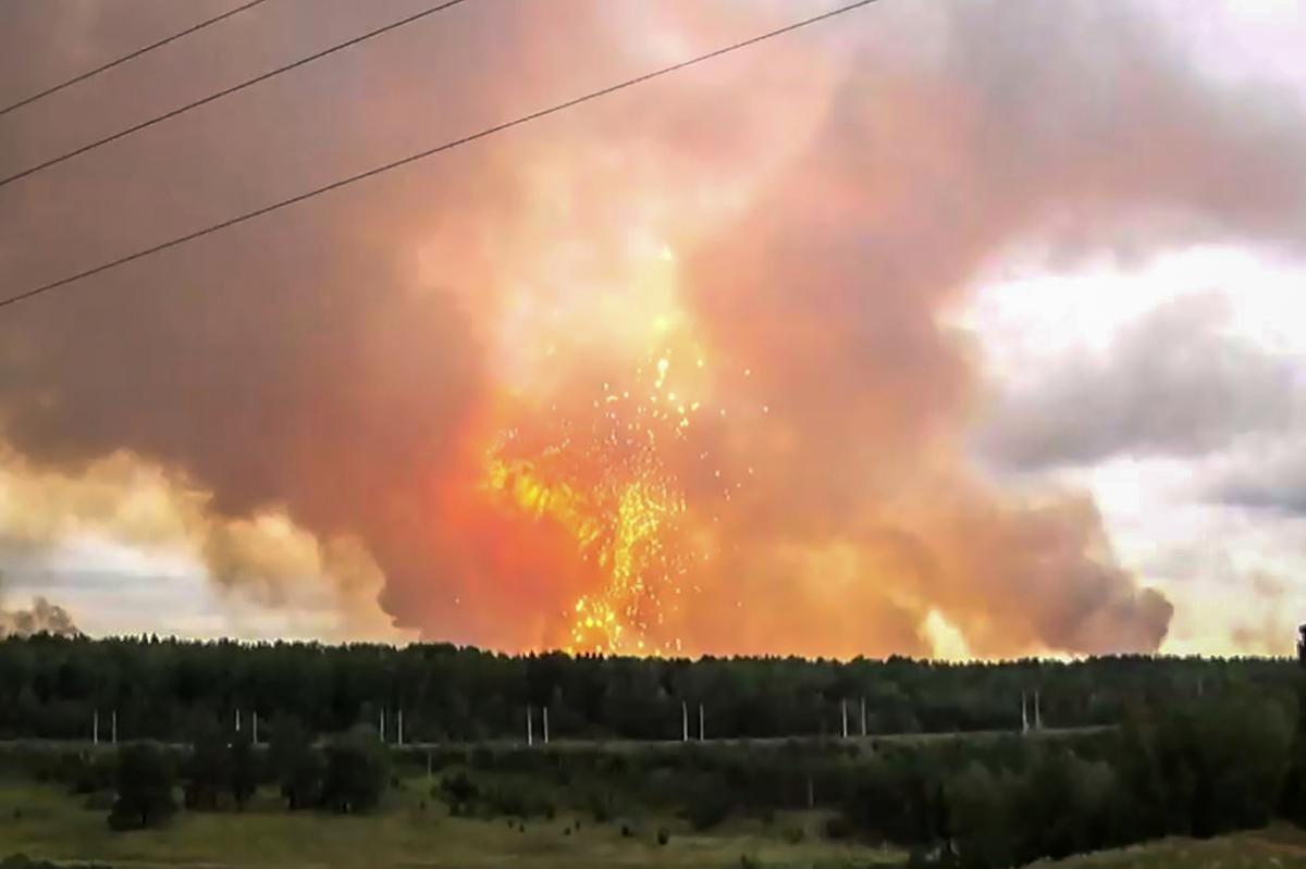 2019年8月5日,俄羅斯阿欽斯克地區一處軍火庫發生爆炸。此為電視畫面。(OSA TV /AFP/Getty Images)