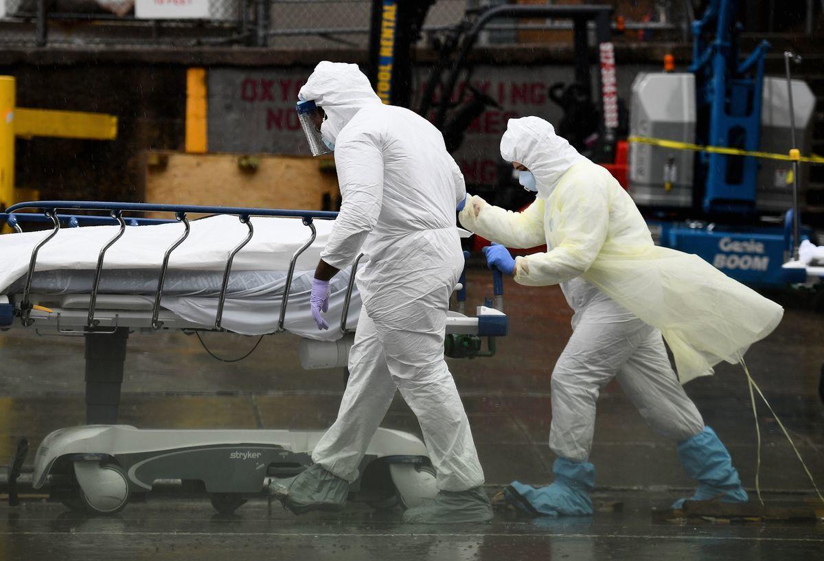 2021年4月6日,全球中共病毒(武漢肺炎)相關死亡人數突破300萬。(ANGELA WEISS / Getty Images)