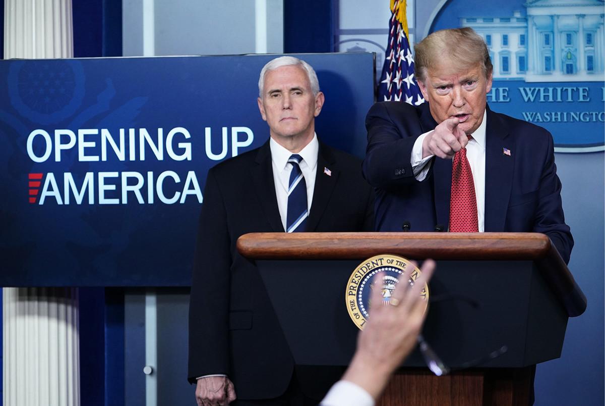 圖為2020年4月16日美國總統特朗普在副總統邁克·彭斯的陪同下,在白宮召開疫情說明會。(MANDEL NGAN / AFP)