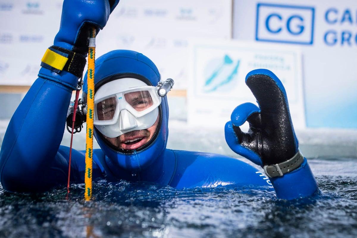 2021年3月16日,俄羅斯自由潛水員莫爾恰諾夫跳水並潛至西伯利亞貝加爾湖冰層以下80米,創下新的健力士世界紀錄。(Daniil KOLODIN / Russian Freediving Federation / AFP)
