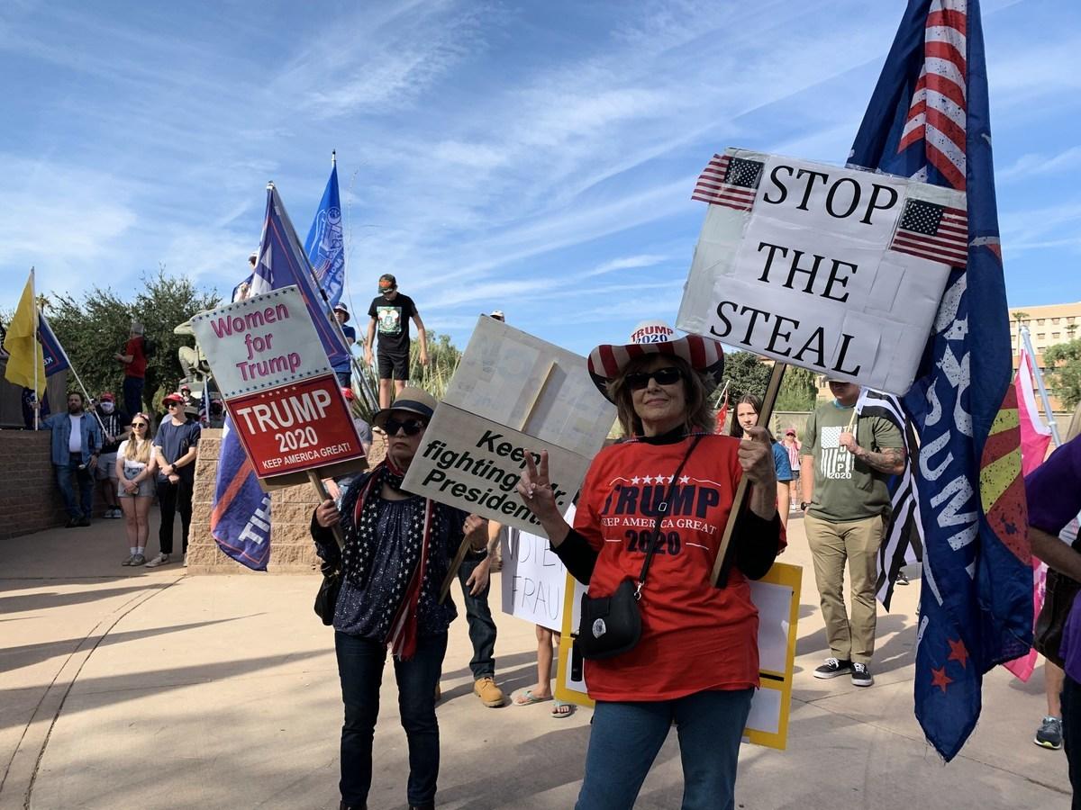 2020年11月21日,民眾聚集在亞利桑那州鳳凰城舉行「停止竊選」(Stop the Steal)集會。選民們堅信特朗普總統將獲勝,更有多位選民揭露當地確實存在選舉舞弊。(姜琳達/大紀元)