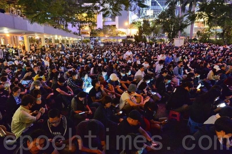 組圖:宗教團體在遮打花園悼念墜樓科大學生