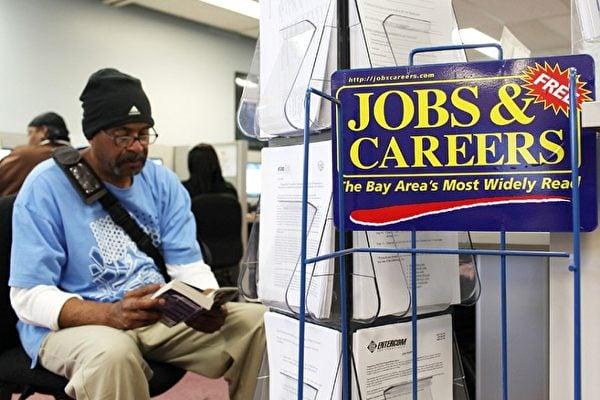 美國失業率持續上升,但所幸上周首次申領失業救濟的人數降至中共病毒(武漢肺炎)疫情以來的最低水平。道瓊斯工業平均指數周四開盤時上漲約300點。(Getty Images 圖片)