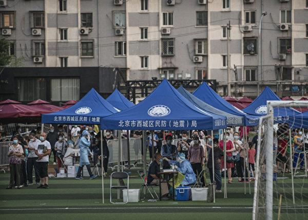 圖為北京西城區去年臨時搭建的中共病毒測試點。(Kevin Frayer/Getty Images)