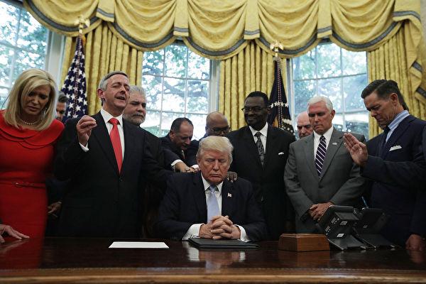 圖為3月15日特朗普和官員在白宮祈禱。(Photo by Alex Wong/Getty Images)