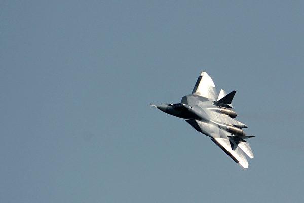俄羅斯Su-57戰機的設計未臻成熟,而且缺乏關鍵的作戰系統和生產線。圖為2011年8月17日,Su-57戰機的原型機T-50在莫斯科郊外一場航空展上飛行。(DMITRY KOSTYUKOV/AFP/Getty Images)