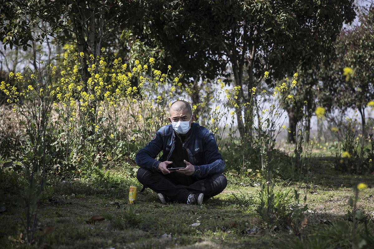 外地滯留武漢的農民,一個多月沒吃到肉,對政府非常失望。圖為一名武漢工人。(Stringer/Getty Images)