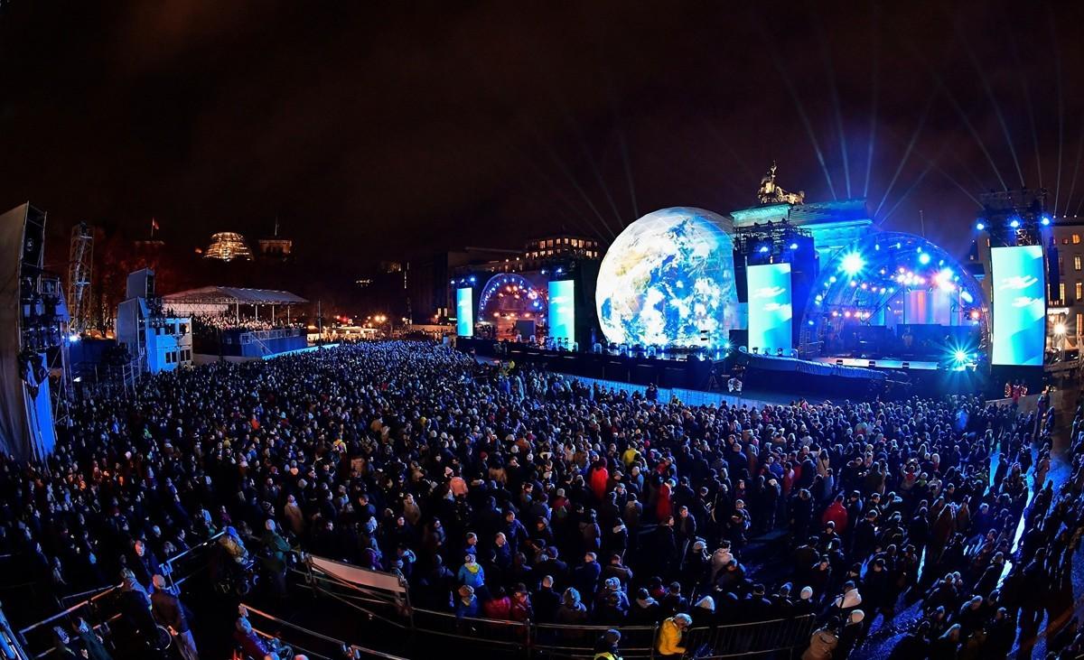 11月9日晚,十萬多觀眾參加了柏林市中心地標勃蘭登堡們前的慶祝活動,把紀念柏林圍牆倒塌30周年系列慶典推向高潮。(TOBIAS SCHWARZ/AFP/Getty Images)