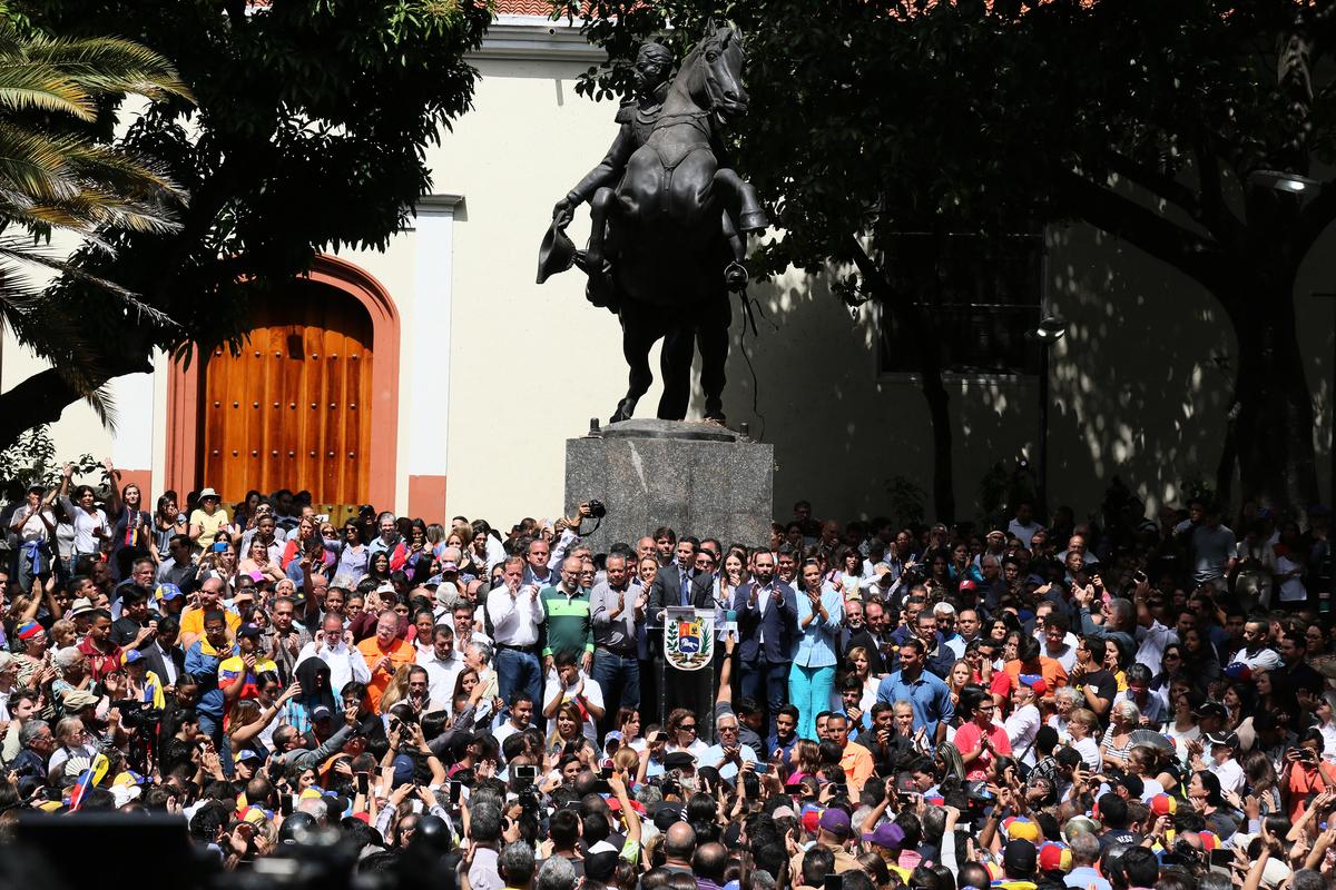 委內瑞拉反對派領袖,國民議會議長胡安·瓜伊多(Juan Guaido)於2019年1月25日在首都加拉加斯東部Chacao的玻利瓦爾廣場講話,現場聚集大量支持者。瓜伊多1月23日依據委內瑞拉憲法宣佈就任臨時總統,準備重新大選。(Edilzon Gamez/Getty Images)