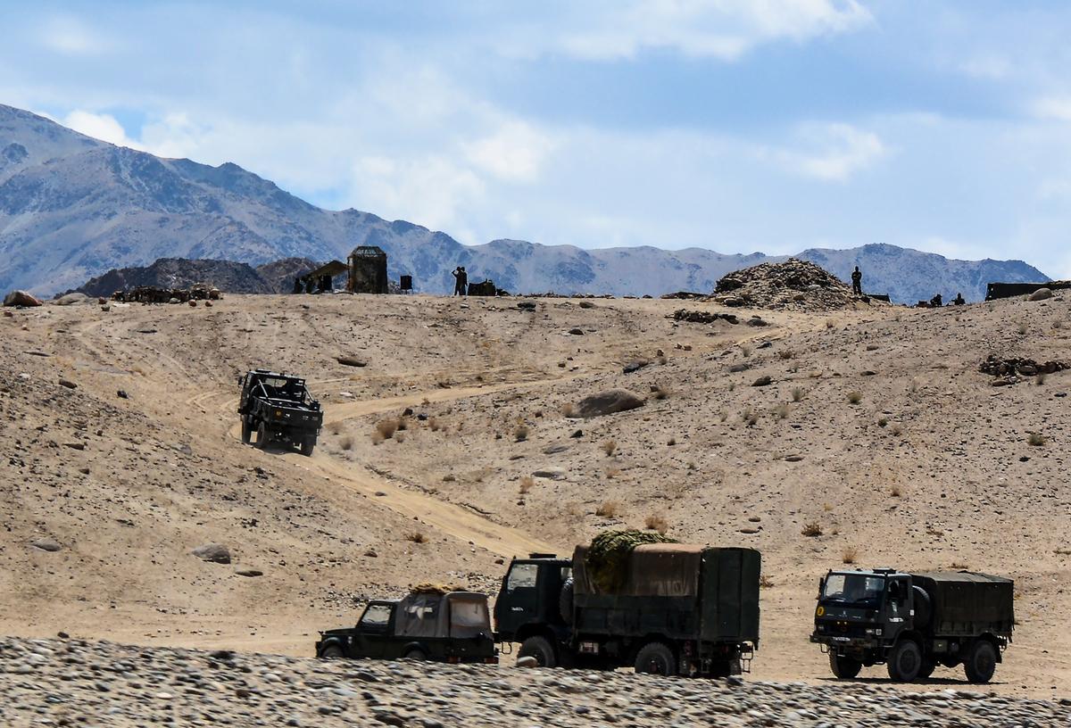 圖攝於2020年7月4日,印度軍車沿著中印邊境的山路行進。(Mohd Arhaan ARCHER/AFP)