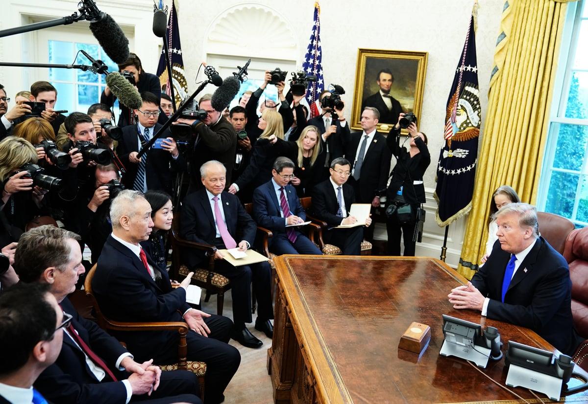 美國總統特朗普將於周四(4月4日)會見中共國務院副總理劉鶴,外界猜測中美貿易協議正在進入最後階段,媒體釋出擬議中的協議部份內容。圖為2月22日,特朗普在白宮接見劉鶴。(MANDEL NGAN / AFP)