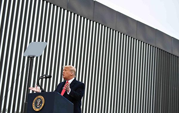 2021年1月12日,美國德克薩斯州阿拉莫鎮(Alamo),總統川普視察邊境牆後發表講話。(MANDEL NGAN/AFP via Getty Images)