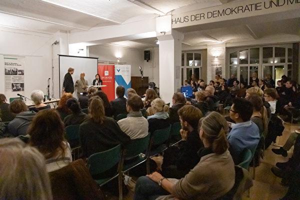 2019年11月27日晚,在柏林民主之家舉行了《假孔子之名》的德國首映禮。(張清颻/大紀元)