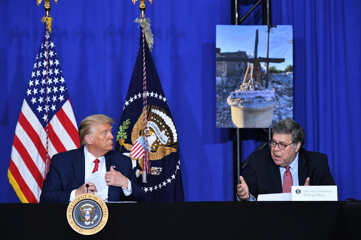 美國司法部長威廉·巴爾(William Barr)周二(9月1日)陪同總統特朗普前往威斯康辛州基諾沙市(Kenosha)訪問。(MANDEL NGAN/AFP)