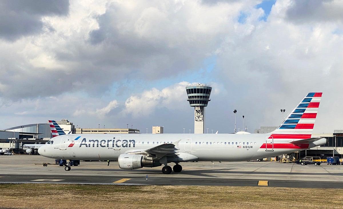 為防止乘客感染中共肺炎(俗稱武漢肺炎、新冠肺炎),美國多家航空公司提供免費為乘客更改機票的服務。圖為一架美國航空的飛機。(Daniel SLIM/AFP)