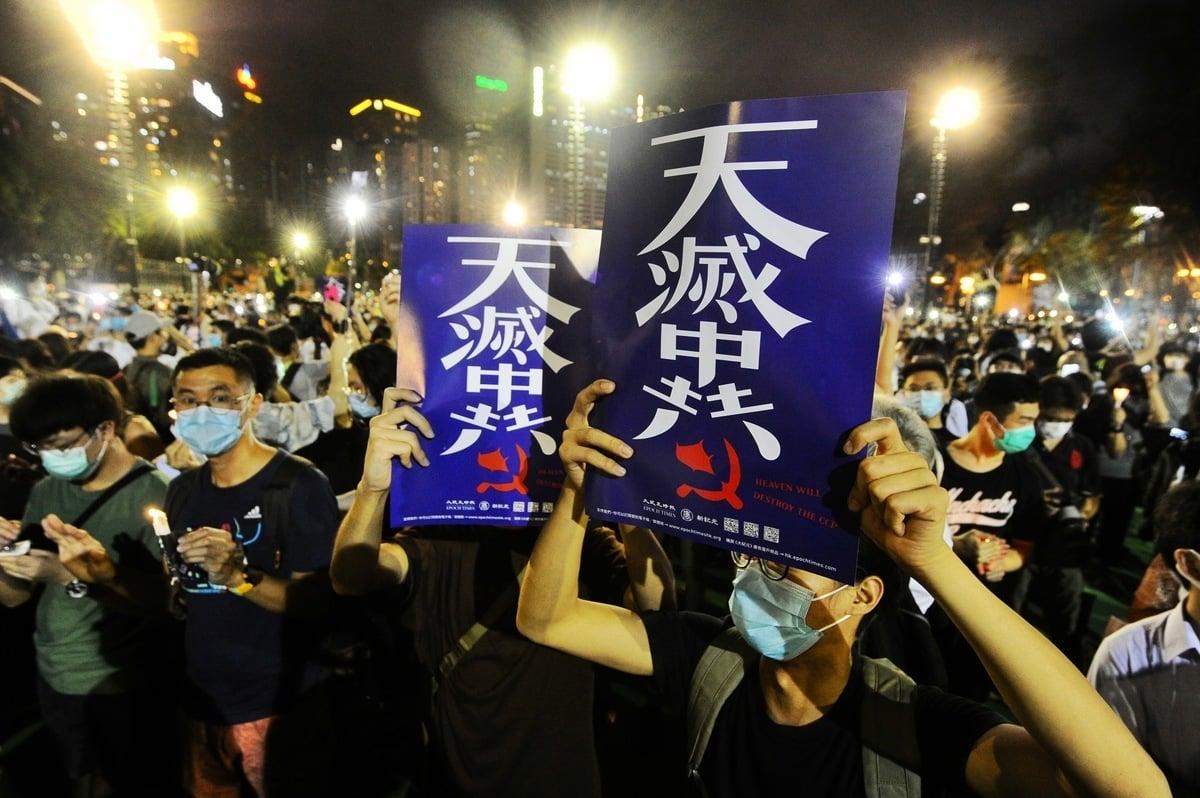 圖為6月4日夜,香港市民高舉「天滅中共」標語在維園參加「六四」晚悼。(宋碧龍/大紀元)