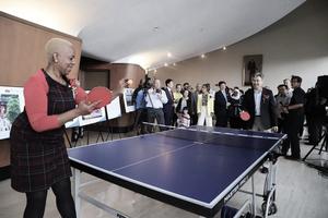 威脅證人的密歇根女議員 曾與中共領事打乒乓