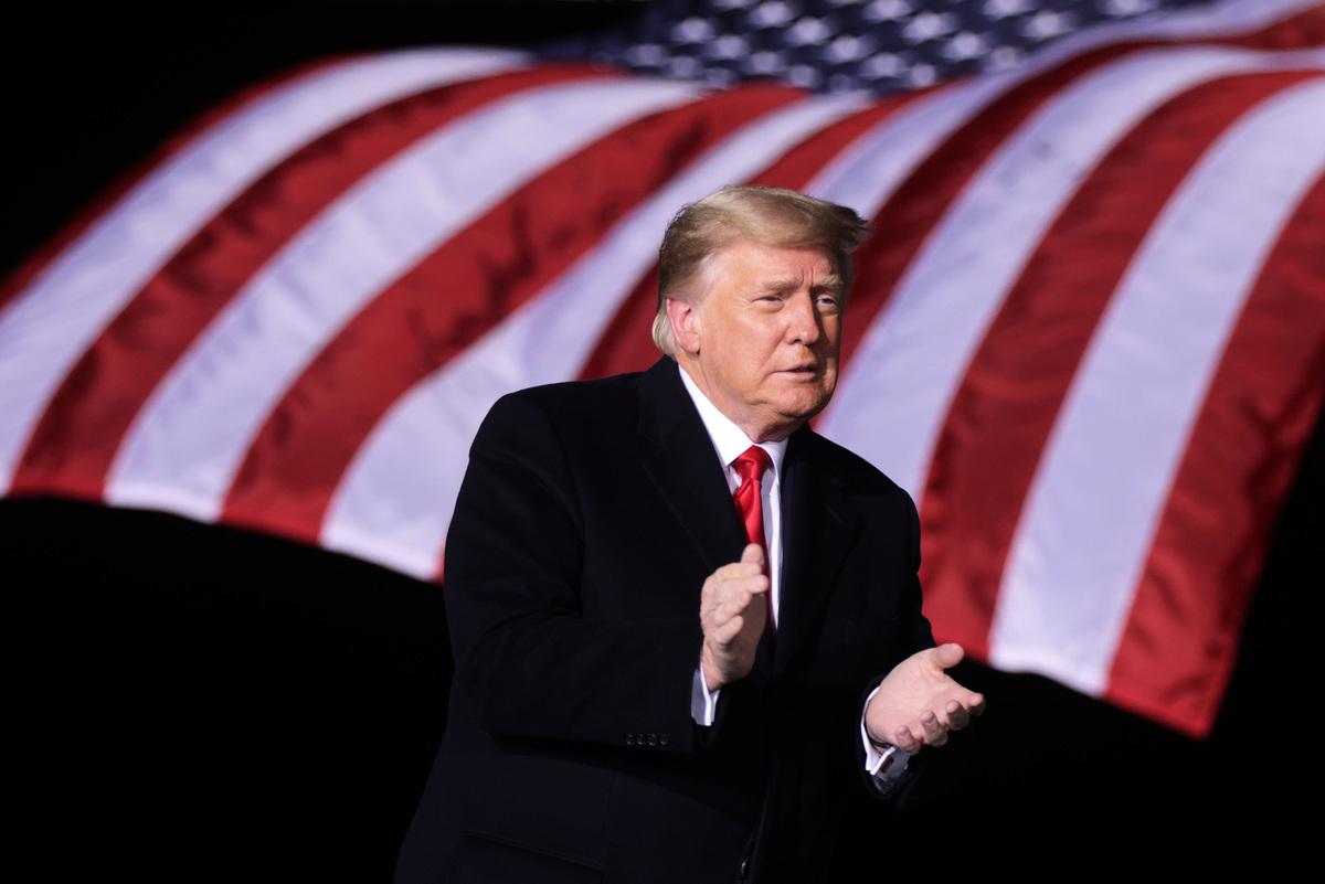 2021年1月4日,在佐治亞州道爾頓機場,美國總統特朗普為共和黨兩位現任參議員大衛·珀杜(David Perdue)和參議員凱利·勒夫勒(Kelly Loeffler)助選。(Alex Wong/Getty Images)