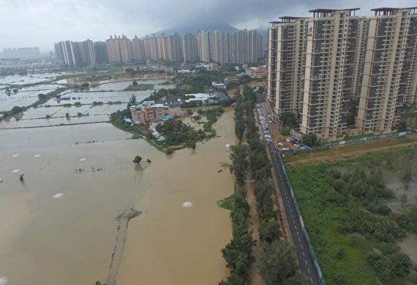 2018年8月30日,廣東中山市三鄉鎮。泉眼溫泉酒店一帶水浸嚴重,道路被堵。(大紀元資料室)