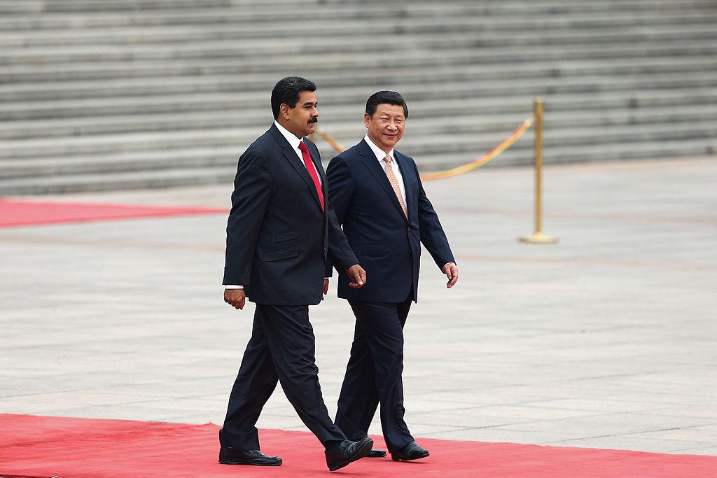 2013年9月22日,習近平在北京人民大會堂外的歡迎儀式上陪同委內瑞拉總統尼古拉斯·馬杜羅·莫羅斯(左)觀看儀仗隊。(Lintao Zhang/Getty Images)