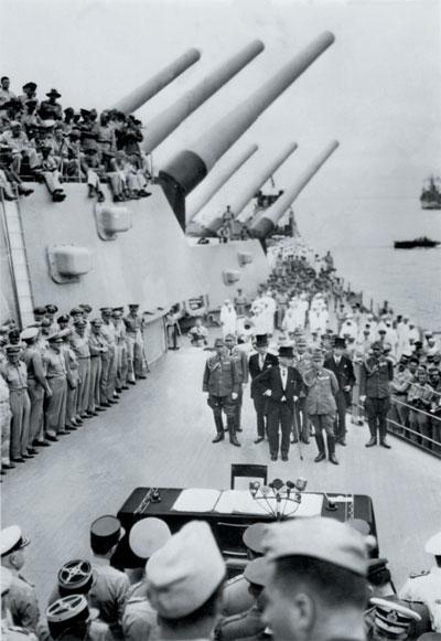 一九四五年九月二日,在停泊於東京灣的盟軍密蘇里號戰艦上,日本代表團(圖前方)與盟軍簽署日本無條件投降書,圖為日本投降簽署儀式。(法新社)