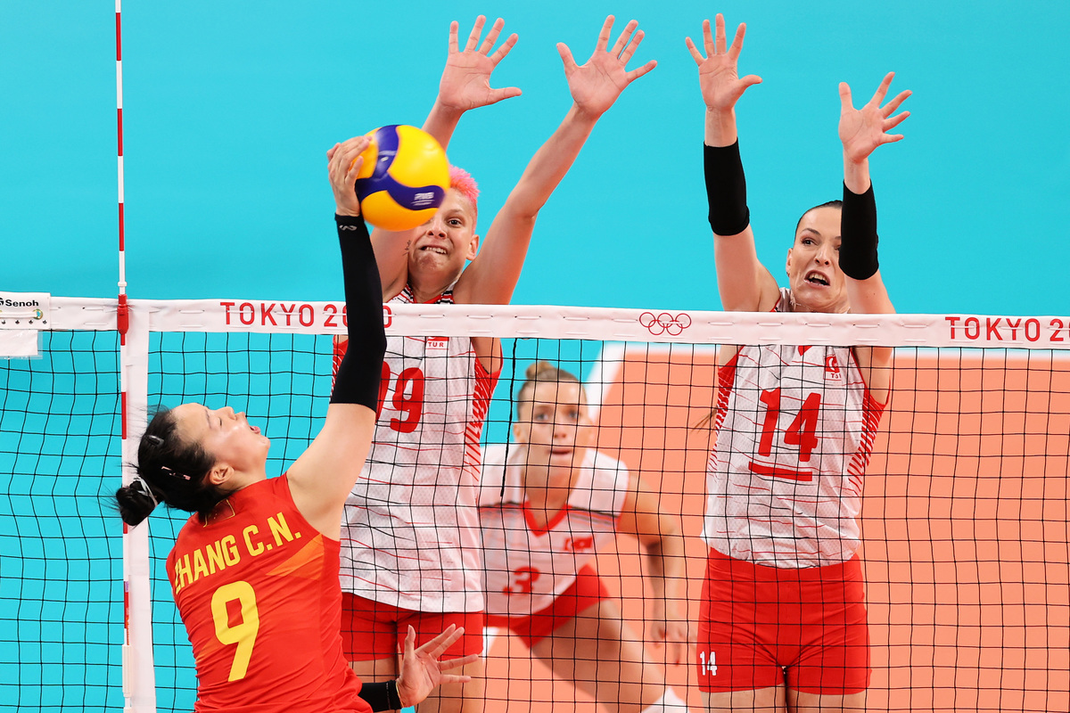 東京奧運女排小組賽B組首輪,衛冕冠軍中國女排0:3完敗給土耳其。圖為雙方比賽瞬間。(Toru Hanai/Getty Images)