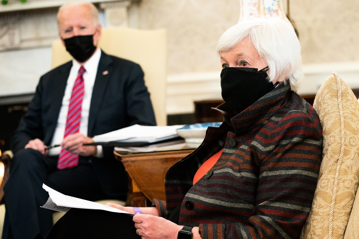 2021年1月29日,美國總統拜登在華盛頓特區白宮橢圓形辦公室會見財政部長珍妮特·耶倫(Janet Yellen)。(Anna Moneymaker-Pool/Getty Images)