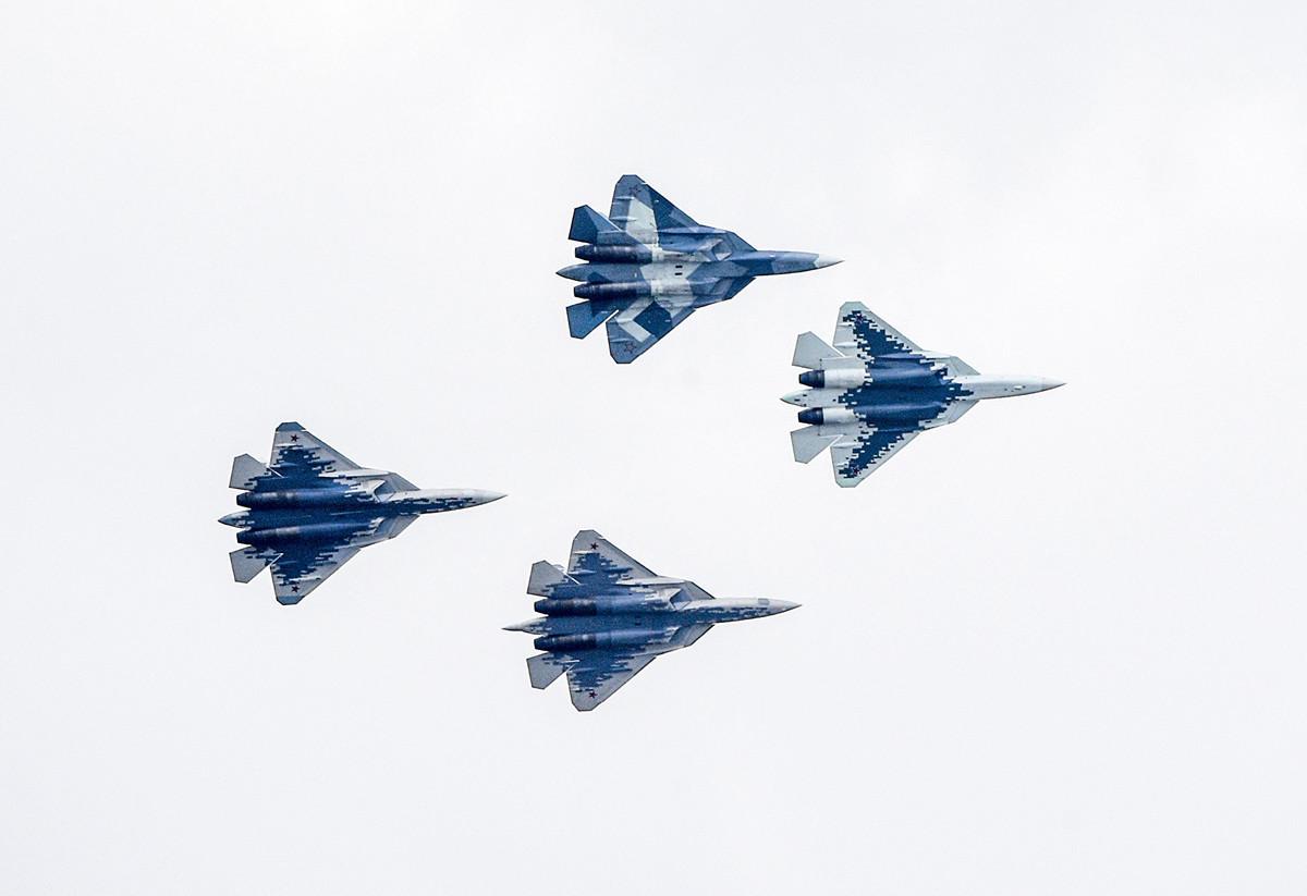 俄羅斯一架Su-57戰機在遠東地區墜毀。這是該款戰機首次墜毀的事故。圖為2019年8月27日,幾架Su-57戰機在航空展中飛行於莫斯科上空。(ALEXANDER NEMENOV/AFP via Getty Images)