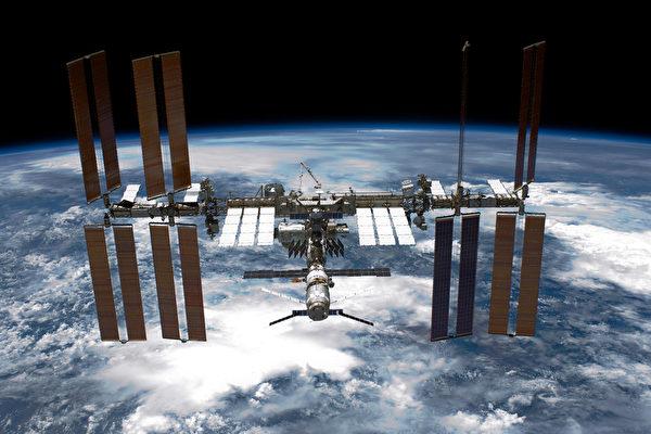 美東時間8月1日下午5點半,兩名美國太空人乘坐「龍飛船」離開國際空間站返回地球,他們將於周日返抵達地面。圖為國際空間站(ISS)。(NASA/Getty Images)