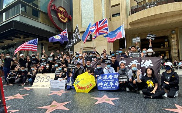 2021年4月25日,奧斯卡頒獎當天,南加民運人士赴荷里活星光大道上演行動短劇「香港街頭」,支持入圍紀錄短片《不割席》。(鄭存柱提供)