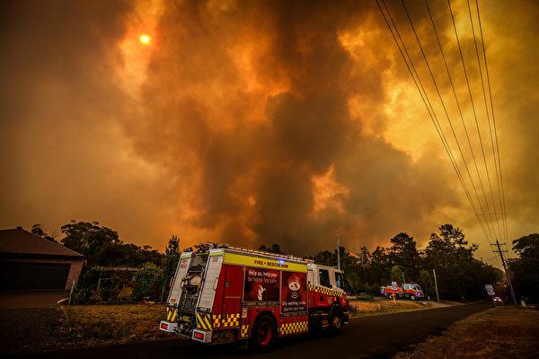 澳州正在遭遇最嚴重的大火肆虐,自2019年9月以來,山火焚毀澳大利亞五個州逾525萬公頃林地,面積比一個哥斯達黎加還大,也遠大於美國加州最嚴重野火和去年亞馬遜雨林火災。(David Gray/Getty Images)