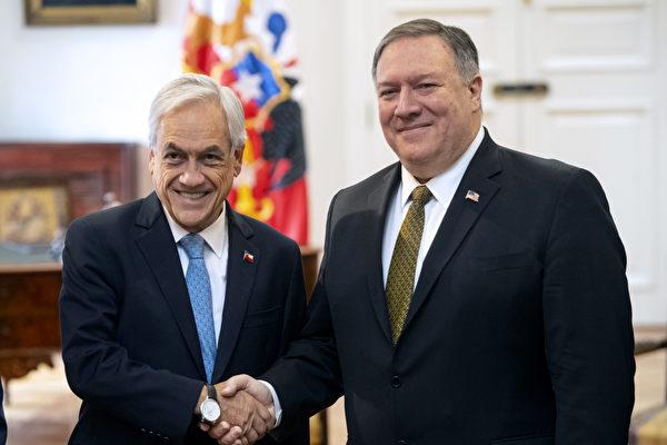 美國國務卿蓬佩奧4月中旬在拉丁美洲國家進行訪問。他在首站智利發表講話時,以厄瓜多爾大壩為例披露了中共在拉美地區的投資本質,那就是在該地區的經濟命脈中注入腐蝕性的資本。圖為蓬佩奧與智利總統皮內拉握手。(Martin BERNETTI/AFP)
