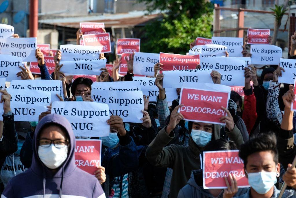 5月2日,緬甸抗議者抗議軍政府政變。(STR/AFP via Getty Images)