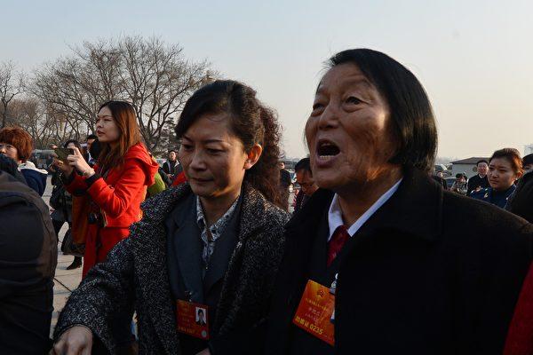 被稱為「舉手器」的申紀蘭已連續65年參加中共兩會。(MARK RALSTON/AFP/Getty Images)