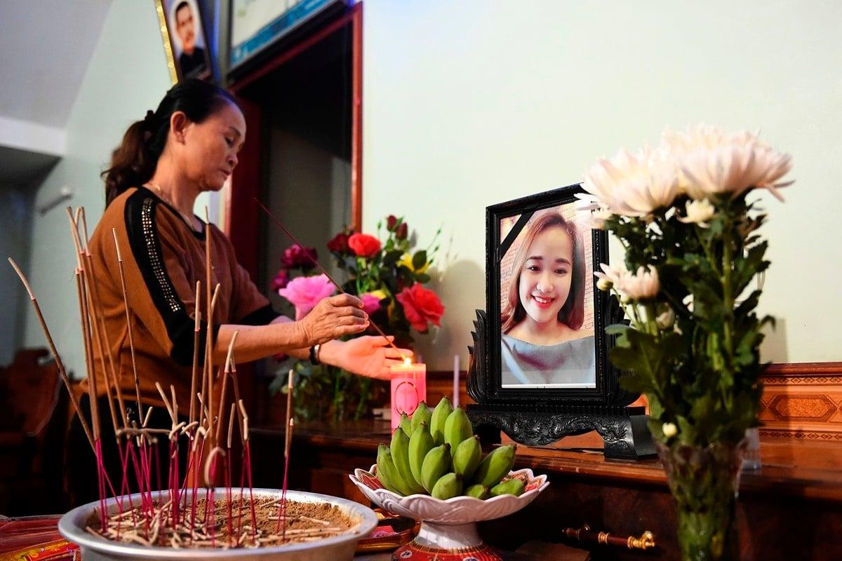 19歲越南女孩裴氏絨(Bui Thi Nhung)的家人認為她可能是遇難者之一。圖為女孩的家鄉親朋在為她祈禱。(NHAC NGUYEN/AFP via Getty Images)