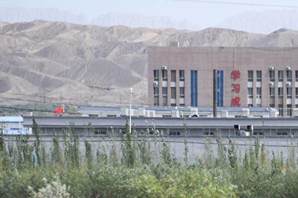 美國拜登政府也認定中共在新疆犯下「種族滅絕與反人類罪」。圖為新疆再教育營。(GREG BAKER/Getty Images)