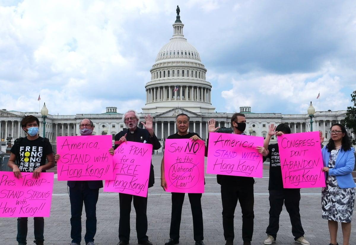 2020年7月1日,人權活動人士在美國國會大廈前舉行集會,聲援香港,譴責中共人大通過《國安法》。中為袁弓夷。(李辰/大紀元)
