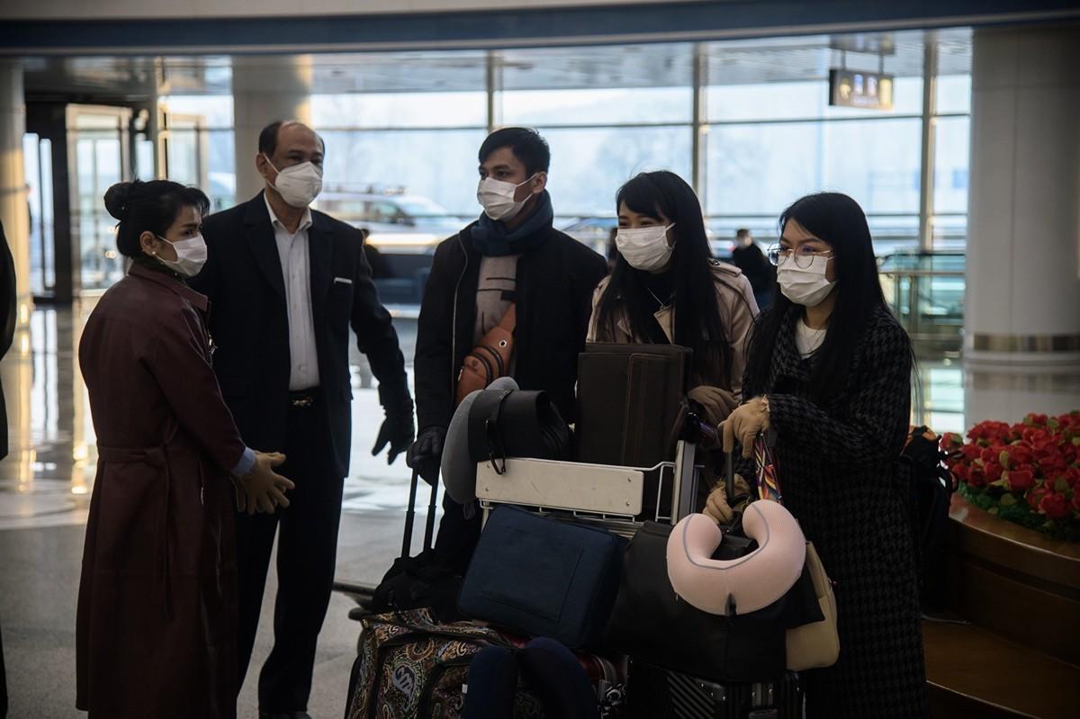 中共肺炎擴散至上百個國家。2020年3月9日,部份駐北韓外交人員撤離,坐飛機前往俄羅斯符拉迪沃斯托克(Vladivostok)。(KIM Won Jin / AFP)
