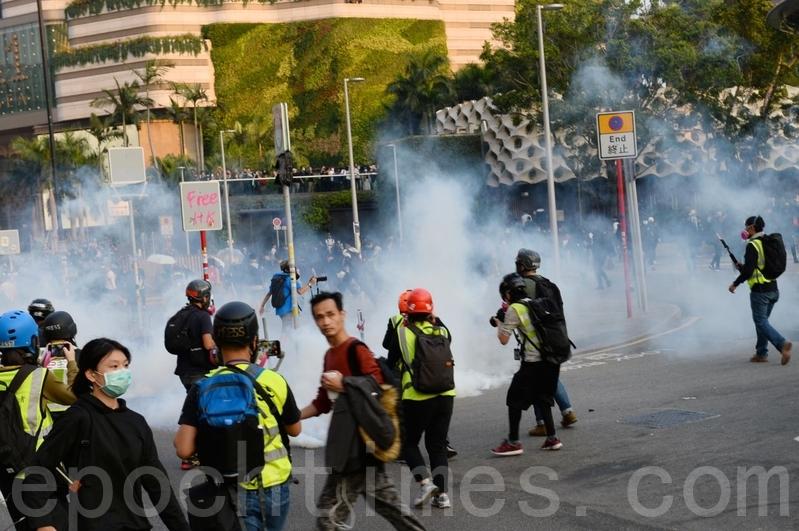 2019年12月1日,港人發起遊行集會,防暴警察發射催淚彈。(宋碧龍/大紀元)