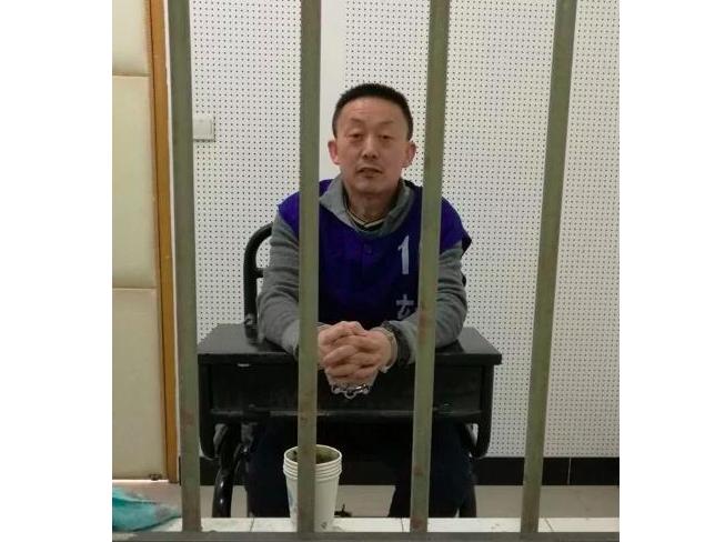 南京法輪功學員馬振宇2017年在看守所隔著鐵欄杆會見律師時的照片。(張玉華博士提供)