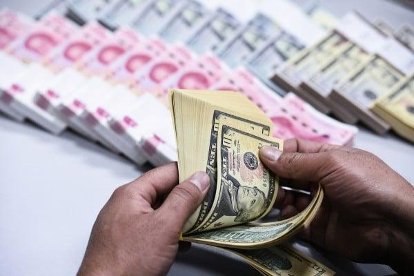 北京一直希望人民幣能成為國際貨幣,挑戰美元的全球主導地位。然而,在歐元區危機和中國經濟最近持續放緩後,美元在全球「霸主」地位比以往任何時候都穩固。(大紀元資料圖片)