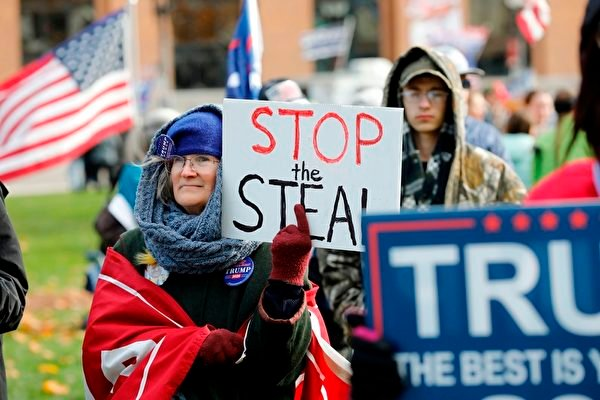 2020年11月14日,在密歇根蘭辛,民眾聚集在州議會大廈外,抗議大選舞弊,要求制止竊選。(JEFF KOWALSKY/AFP via Getty Images)